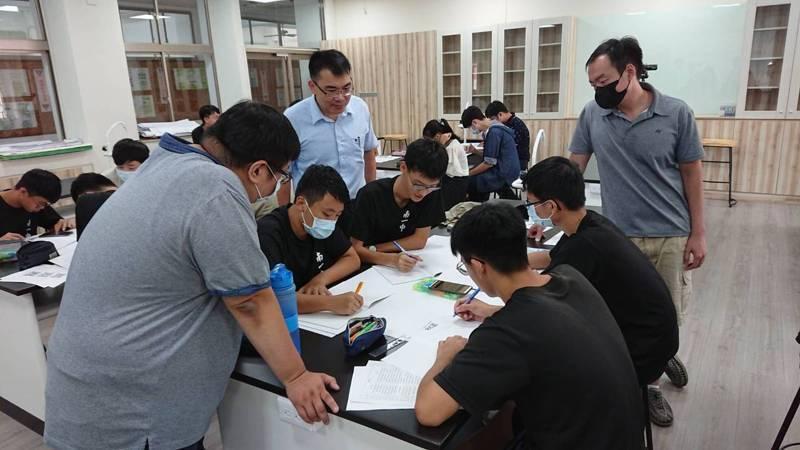大學入學個人申請已進入各校陸續放榜階段,老師建議學生在填志願時,勇敢填下自己想讀的科系。記者鄭惠仁/攝影