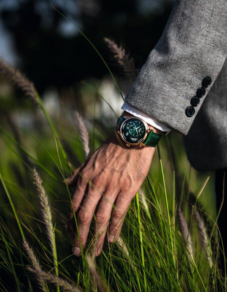 金綠輝映的紅金森林綠款偏心月相PanoMaticLunar腕表,散發高雅的森林氣...