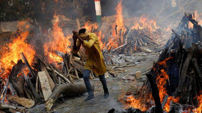 印度新冠肺炎疫情急遽升溫,首都新德里各地火葬場焚燒遺體景象令人怵目驚心。路透