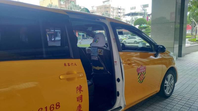 屏東縣政府交通旅遊處也設計標有申訴專線資訊的枕套提供計程車駕駛員放在車內,若乘客遇不合理收費情形時,可打專線申訴。圖/屏東縣府提供
