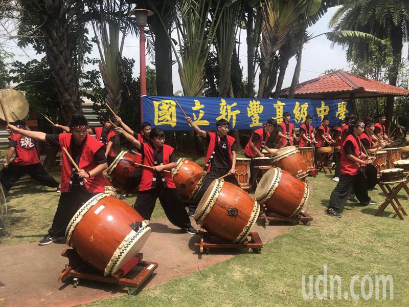 新豐高中學生到五甲教養院演出,與院生同樂。記者周宗禎/攝影
