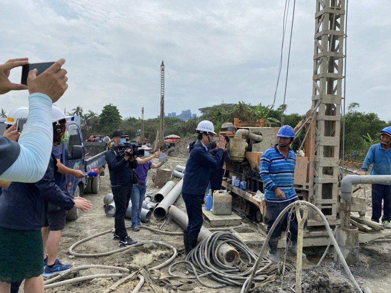 陳其邁今主持抗旱會議,希在高屏堰多佈設一台抽水機,取供地面水備援。圖/高雄市水利局提供
