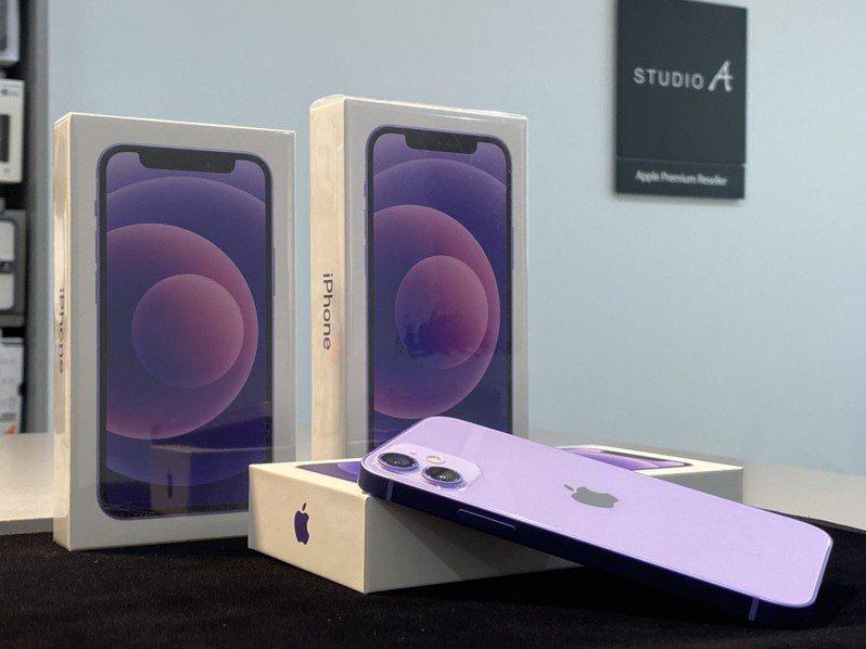 最新的iPhone 12、iPhone 12 mini紫色今天(4月30日)正式開賣。圖/STUDIO A提供