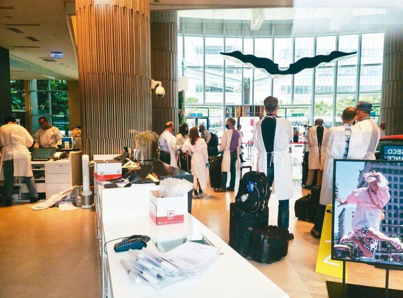 華航諾富特飯店昨傳出一名主管確診,指揮中心緊急要求飯店所有員工及旅客轉至隔離所隔離。圖/聯合報系資料照片
