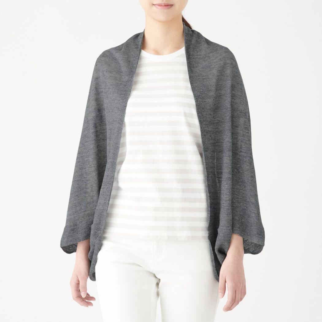 無印良品法國亞麻短外套式披肩/1,290元。圖/MUJI無印良品提供