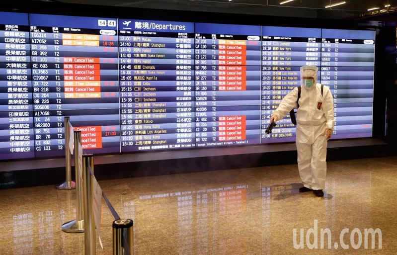圖為桃園機場清潔人員消毒走道。記者鄭超文/攝影