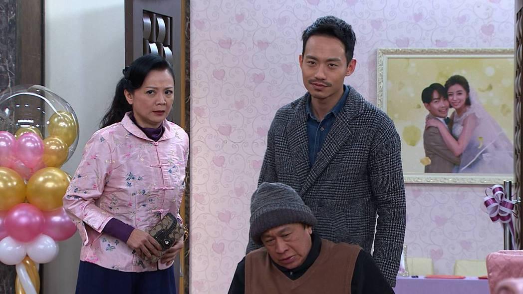 張哲豪(中)在「多情城市」中演出「潘威廉」一角。圖/民視提供