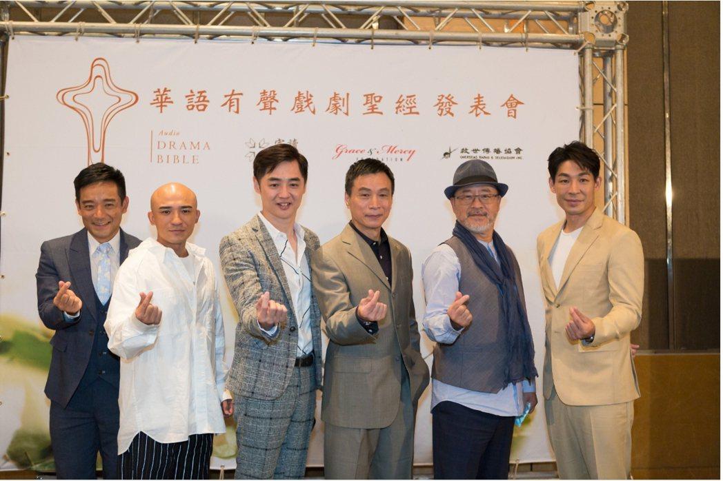 岑永康(左起)小馬、宋逸民、李天柱、班鐵翔、藍鈞天為「華語有聲戲劇聖經」獻聲。圖