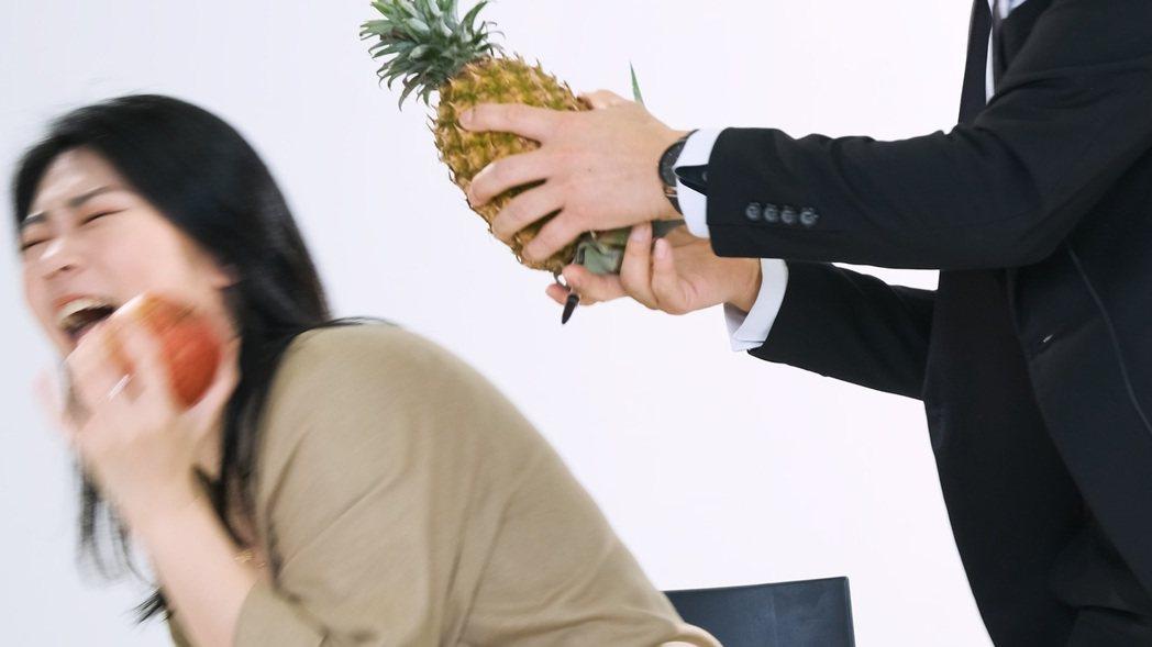 曹雅雯被鳳梨嚇到崩潰痛哭。圖/好聞娛樂提供