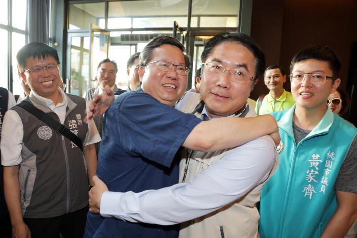 桃園市長鄭文燦(左)去年7月率隊到台南,與台南市長黃偉哲(右)合體共同行銷兩地觀光,南市議員呼籲黃「身材別成為第2個鄭文燦」。圖/台南市政府提供