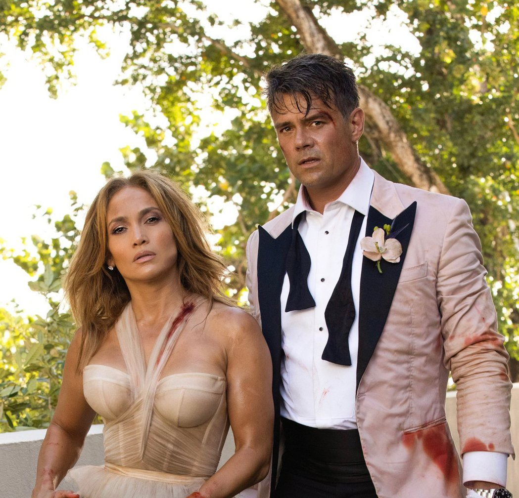 珍妮佛洛佩茲(左)突然曬出與「變形金剛」系列男星喬許杜哈默(右)的婚紗照,開心表...