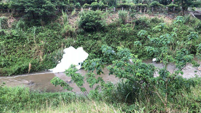 新北淡水區公司田溪昨出現大量泡沫宛如「雪景」,新北環保局獲報發現,汙染源是上游某新建工程進行消防測試,未妥善收集、處理廢水所致。圖/新北環保局提供