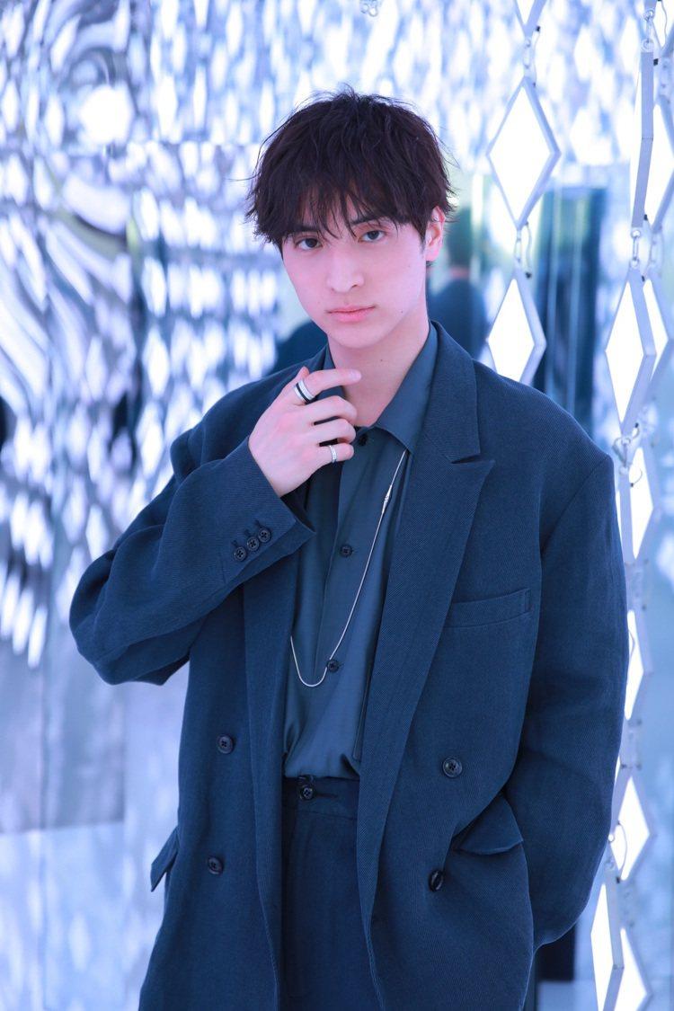 出身日本偶像劇場的男演員一之瀨颯,以深色系穿搭配戴上Quatre與Jack系列珠...