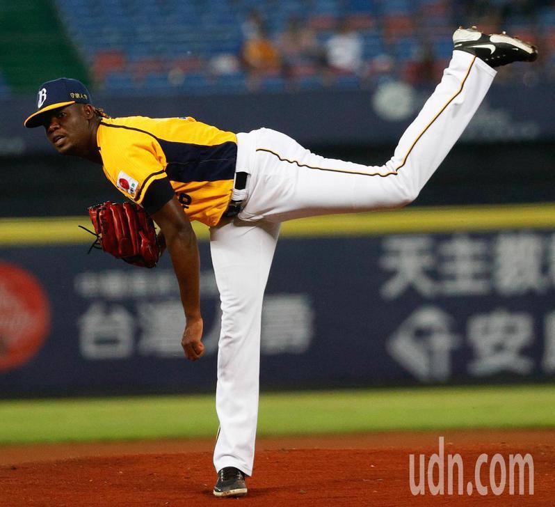 中信兄弟與樂天桃猿在台中洲際棒球場的比賽,中信先發投手德保拉主投8局投出7次三振。記者黃仲裕/攝影