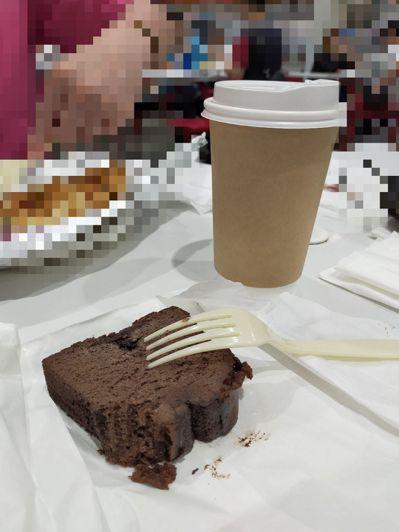 網友到好市多點美式咖啡,店員表示有送蛋糕,她驚呼CP值超高。 圖/COSTCO好市多商品心得分享區
