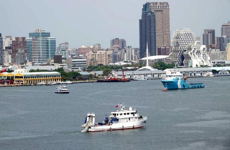 寶拉麗絲號(下方白船)今天載運半年前失事的F-5E戰機殘骸航抵高雄港。圖/讀者提供