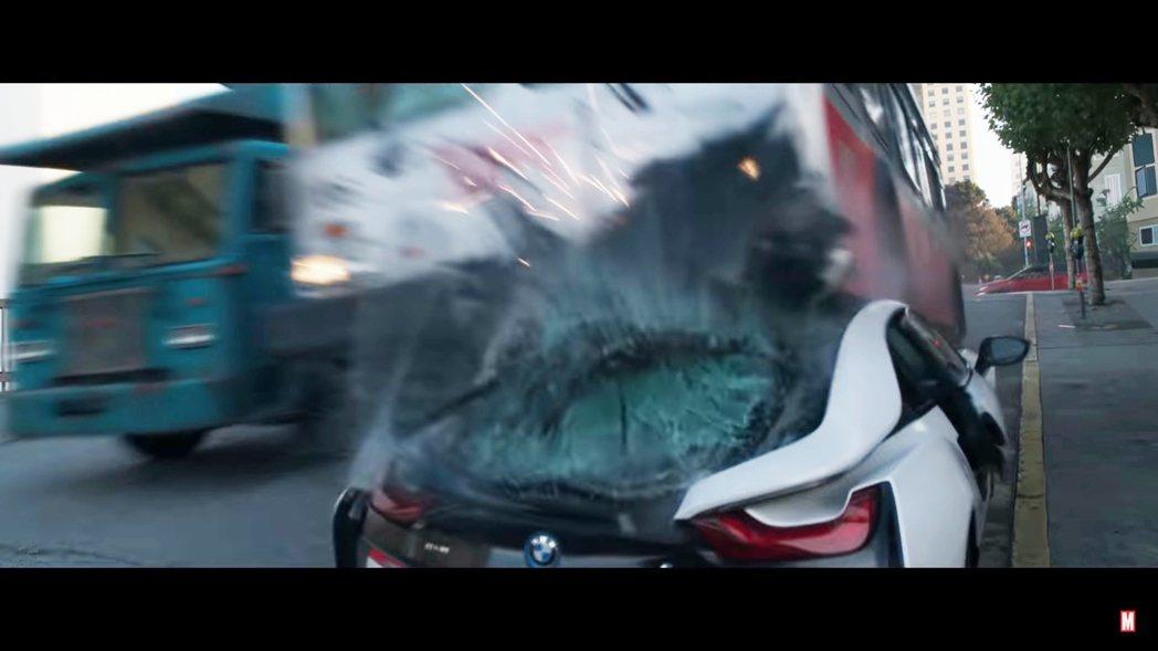 可憐的BMW i8 Coupe被公車輾爆。 圖/截自《尚氣與十環傳奇》預告片