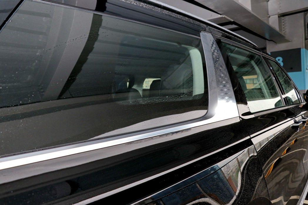 面積更大的鍍鉻飛翼飾板,並以金屬菱格紋圖案點綴。 記者陳威任/攝影