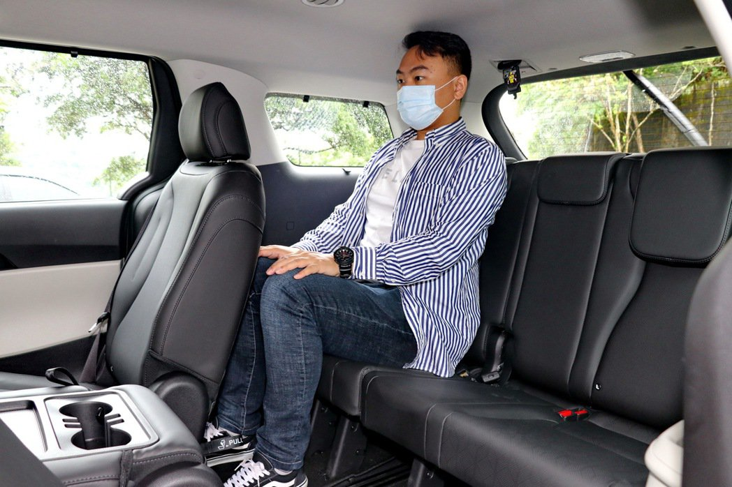 第三排座椅即便是成年男性乘坐也相當堪用。 記者陳威任/攝影