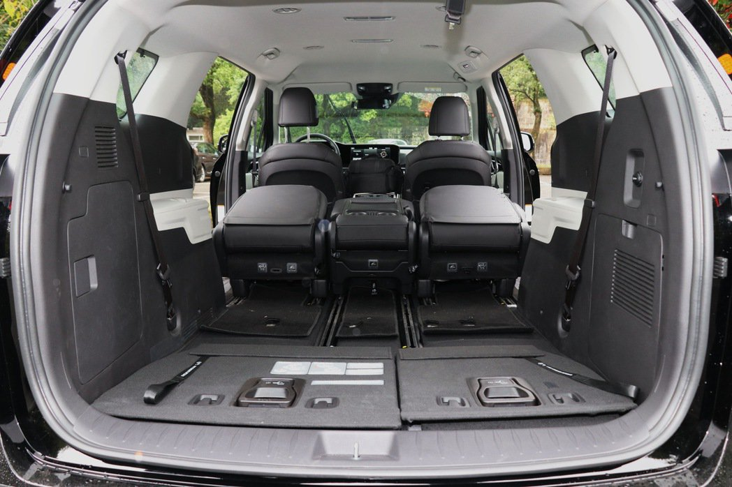 若將第二、三排座椅傾倒,行李廂空間最大更可擴充至2,827L。 記者陳威任/攝影