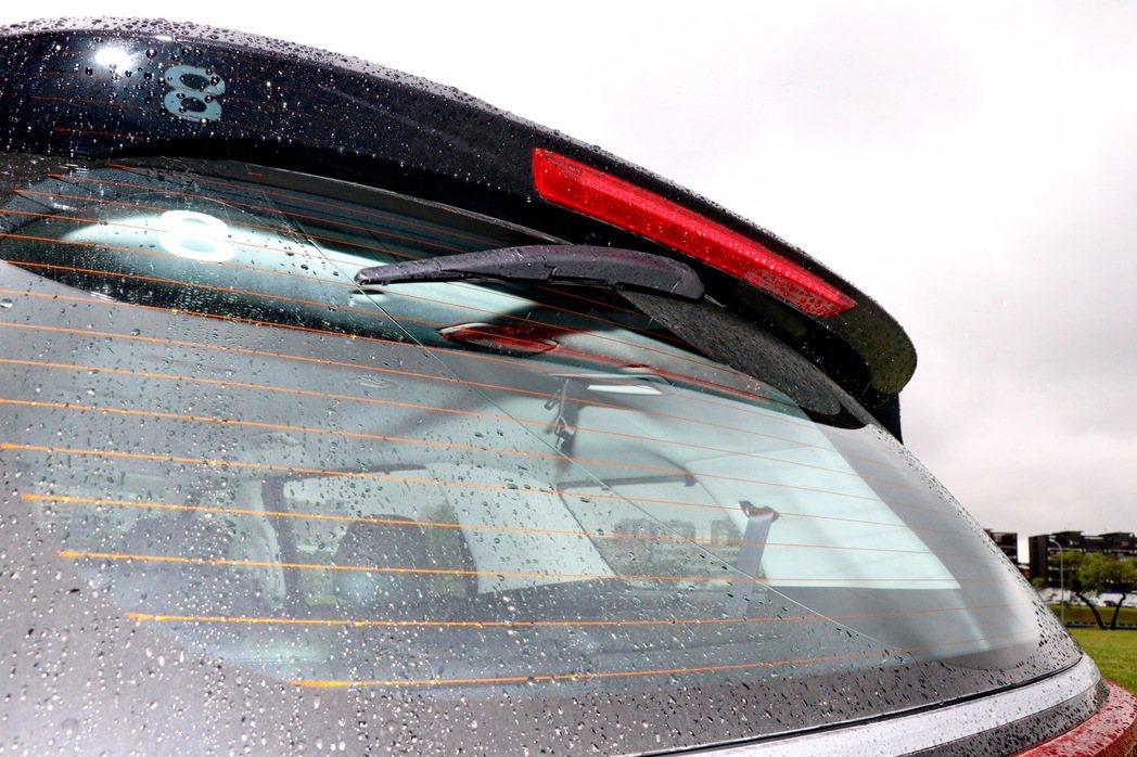 豪華車常見的隱藏式雨刷設計。 記者陳威任/攝影
