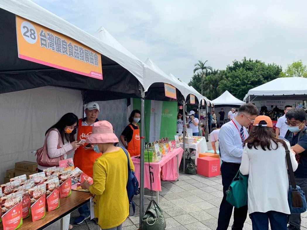 台灣優良食品發展協會於國際減碳綠色饗宴設攤宣導。項家麟/攝影