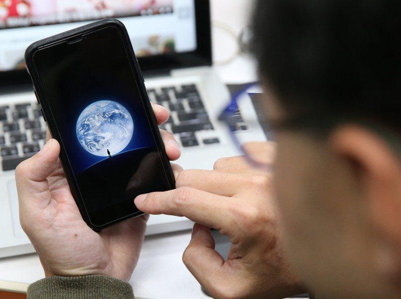 資安專家提醒,手機報稅須留意釣魚網站、簡訊以及Wi-Fi安全性等三項資安議題才能保護個資並避免詐騙。報系資料照