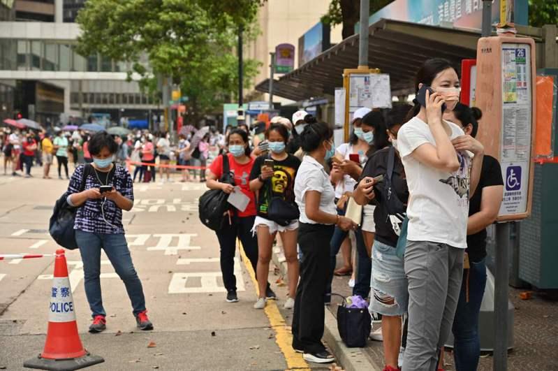 一名在香港工作的菲律賓女傭日前確診2019冠狀病毒疾病(COVID-19)變種病毒,且源頭不明,港府為此強制所有外傭今天起接受病毒檢測。 法新社