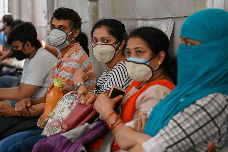 印度第二波新冠肺炎疫情急速惡化,昨天單日新增確診病例破40萬例,刷新世界紀錄,加上許多醫院短缺氧氣、呼吸器、病床等醫療物資,拒絕收治病患,導致死亡率激增,目前累計死亡人數已破20萬人。 法新社