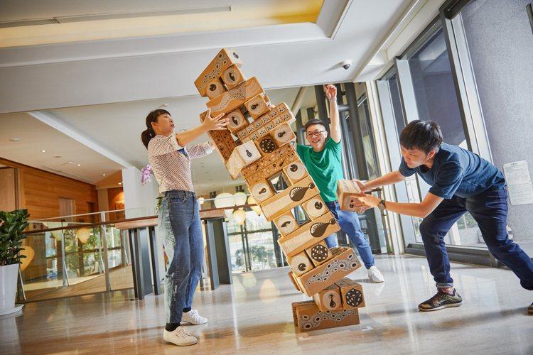 CHAM CHAM趣淘漫旅台東館大廳有大型疊疊樂。圖/凱撒飯店連鎖提供