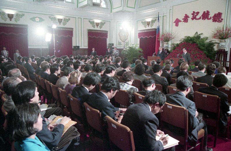 在總統府舉行的終止動員戡亂時期中外記者會,湧入國內外媒體備受矚目。圖/聯合報系資料照片