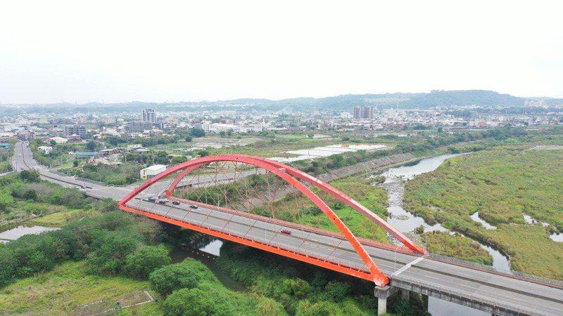 苗栗縣頭份大橋今天起禁止21噸以上重車通行。圖/苗栗縣政府提供