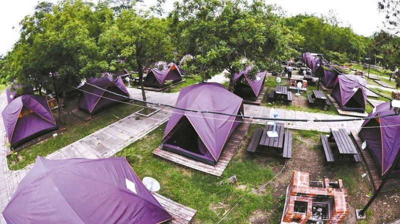 觀光局、內政部營建署正聯手修法,預估全台將有634處面積1公頃以下露營場可望就地合法,地方政府擔憂恐造成露營地遍地開花亂象。圖/聯合報系資料照片