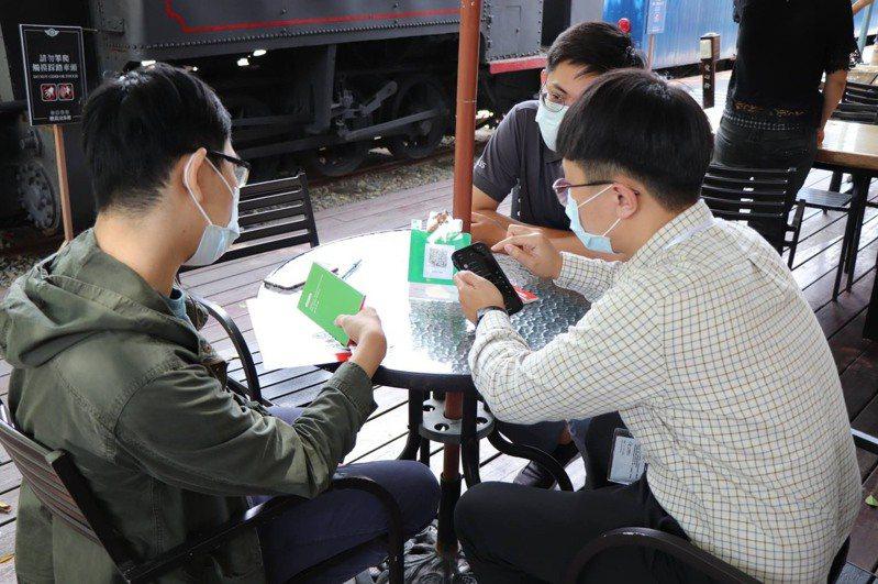 為讓青年認識行動支付產業,一卡通公司帶領學生至鹽埕商圈實地進行推廣體驗。圖/高雄市青年局提供