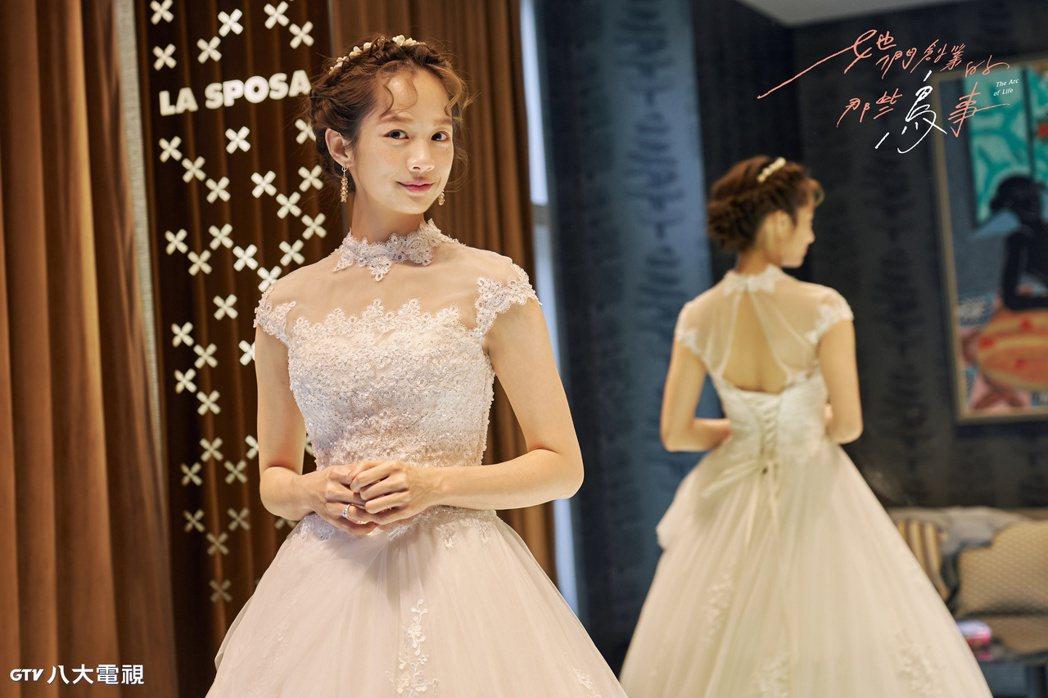 簡嫚書披上婚紗。圖/八大提供