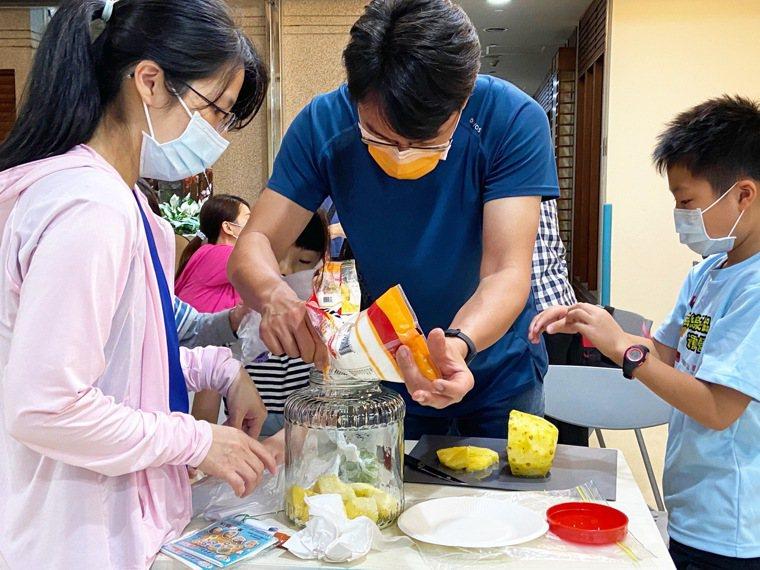 營養師現場教學,親子一起做鳳梨酵素。圖/童綜合醫院提供