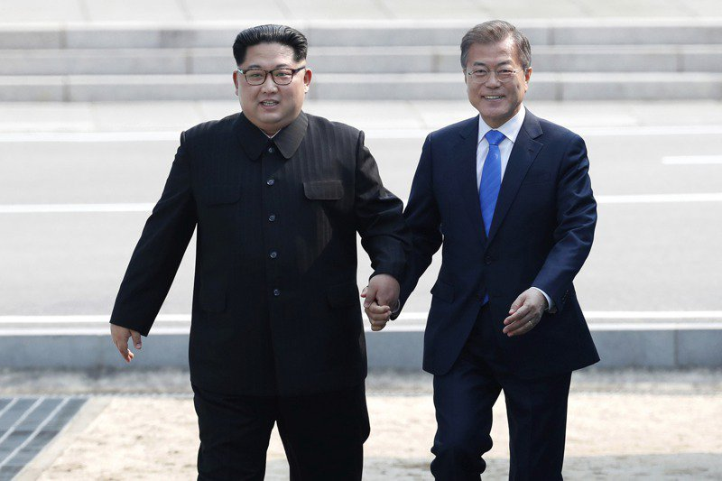 韓國總統文在寅(右)5月下旬將訪問美國,他最在意的還是重啟朝鮮無核化與韓半島和平進程,圖為文在寅2018年與北韓領導人金正恩(右)在板門店會面。美聯社