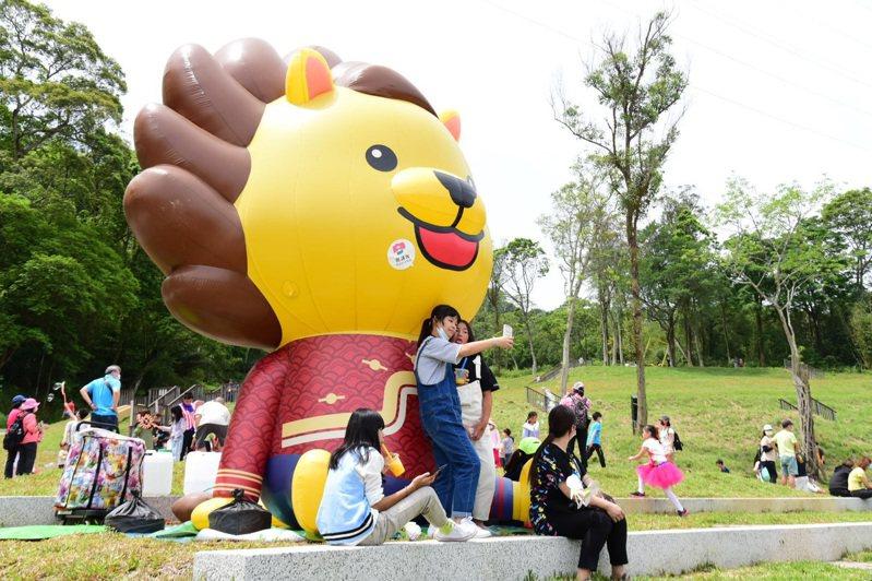 不少家長帶著小朋友前來賞桐花,更有民眾自備野餐墊野餐。記者巫鴻瑋/攝影