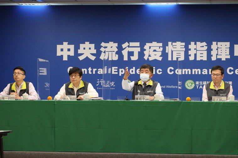 中央流行疫情指揮中心醫療應變組副組長羅一鈞(左起)、疫情監測組組長周志浩、指揮官...