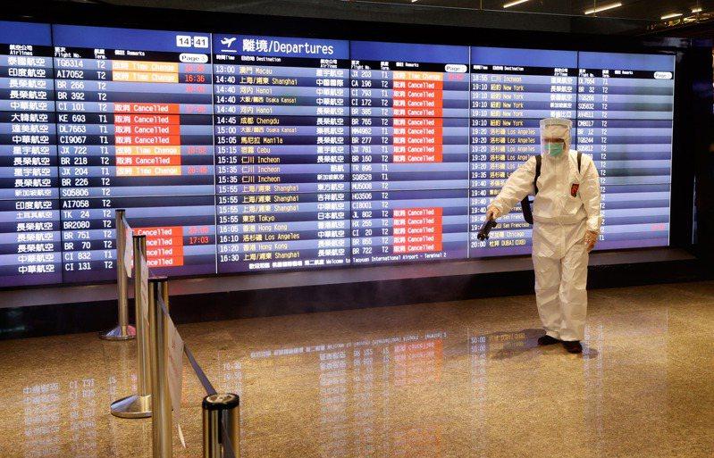 有專家認為,指揮中心初期鎖定華航機師在國外感染,錯失第一時間防堵諾富特疫情擴散,圖為桃園機場美食街消毒情形。圖/聯合報系資料照片