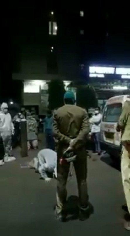 印度時報特派記者拉維尼亞4月28日在推特分享影片,稱北方邦亞格拉一間私立醫院外前...