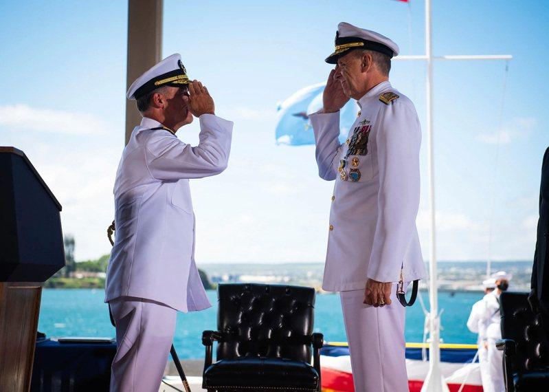 美軍印太司令交接,由戴維森上將(右)傳位給阿奎利諾上將(左)。圖/美國海軍檔案照