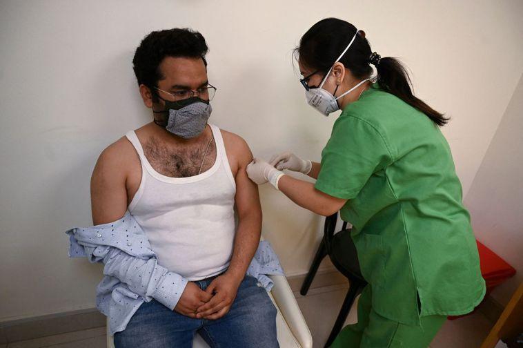 印度政府五月一日開放所有成年人接種新冠肺炎疫苗,新德里一名男子當天在當地麥克斯醫...