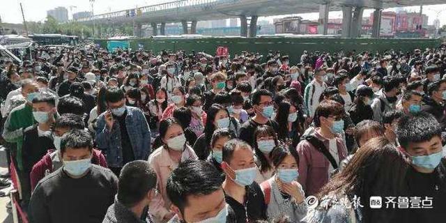 五一首日旅客大潮擠爆濟南長途總站,文化和旅遊部公佈,五一假期首日遊客總人數約2319.7萬人次,旅遊收入約人民幣97.7億元。圖/其魯晚報