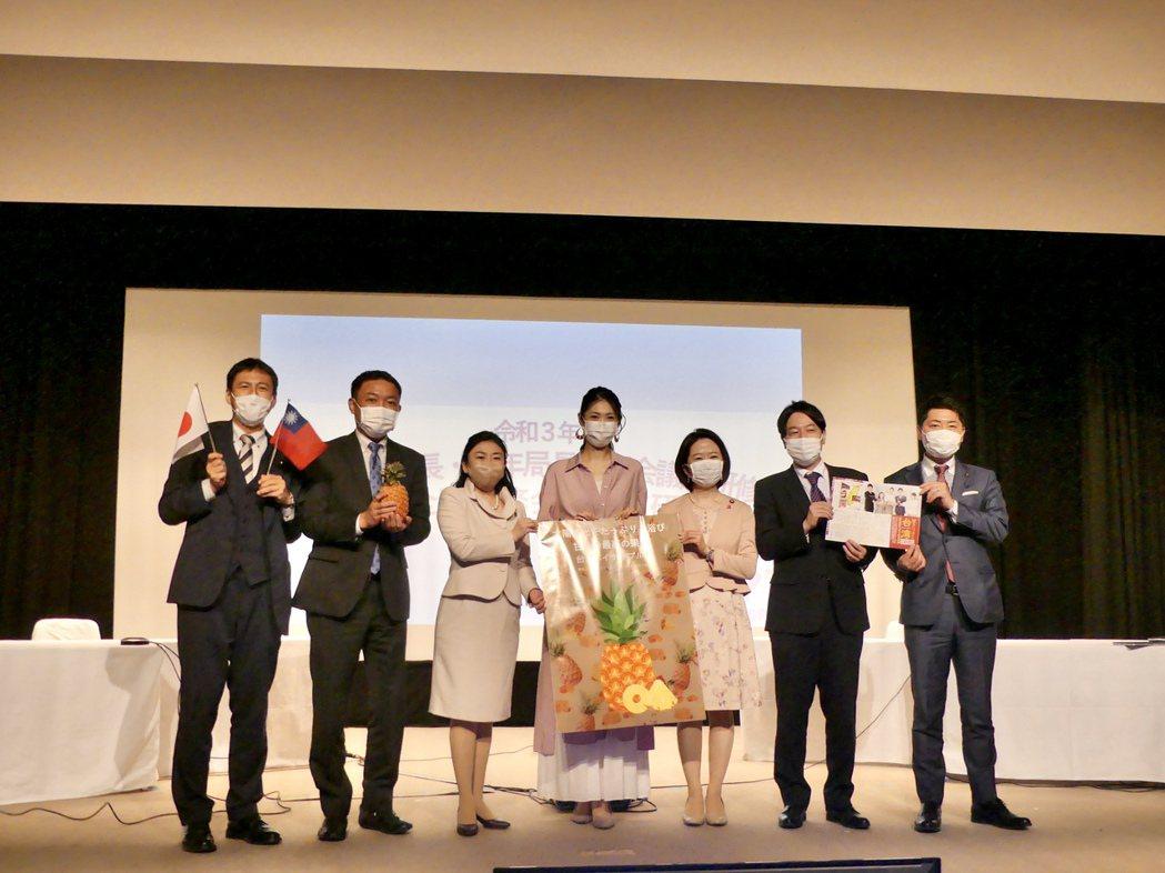 加藤侑紀為台灣鳳梨宣傳。圖/經紀人提供