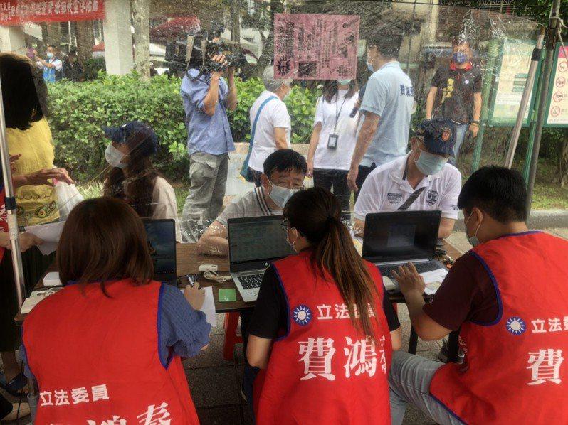 報稅時節展開,國民黨立委費鴻泰首場報稅服務,今早在公園開始擺攤。圖/立委費鴻泰辦公室提供