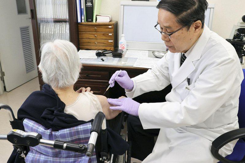 日本65歲以上老人從4月12日起接種,符合資格的約3600萬人,到4月底只有14萬人打到第一劑。美聯社