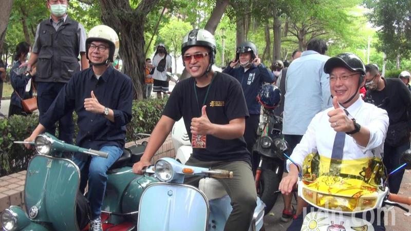 高雄市長陳其邁(左)參加經典老車嘉年華,勾起大學時期年少輕狂回憶,讚「偉士牌是很厲害的把妹工具」。記者王昭月/攝影