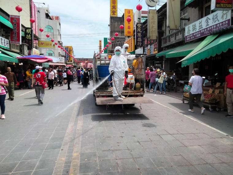 1129曾到過的北港朝天宮邊道路也進行消毒。記者蔡維斌/攝影