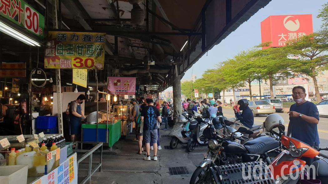 大潤發對面就是從傳統市場,下午的時候市場人潮擁擠。記者鄭國樑/攝影